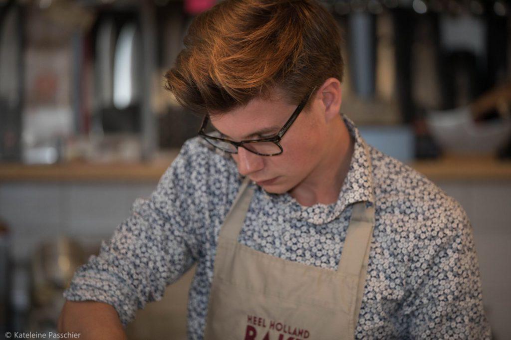 Hans aan het bakken